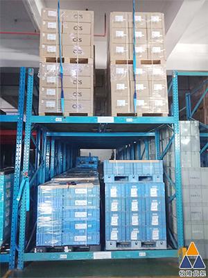 广州某汽车配件厂家的仓库效率低,东莞仓储设备推荐辊轮式货架来解决这个问题。